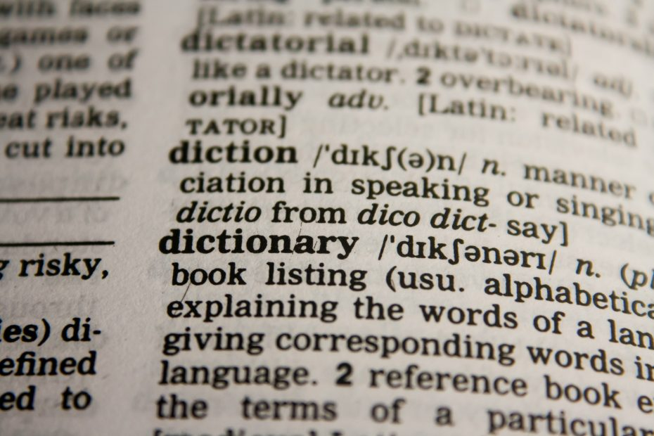 Ordbok bladd opp på ordet Dictionary